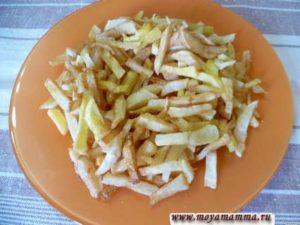 Картофель порезать соломкой и обжарить в кипящем масле. Разложить картофель фри на плоской тарелке.