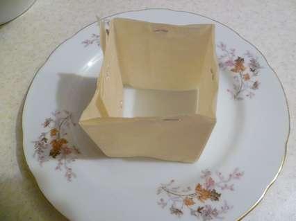 Из пергаментной бумаги сделать квадратную рамку для укладки салата.