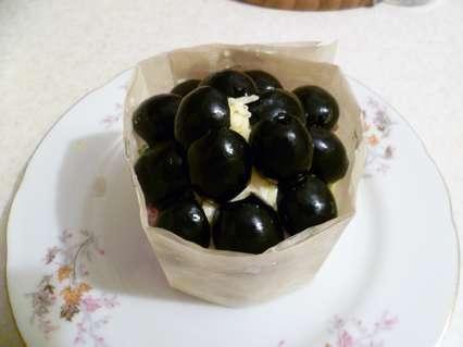 Верх порционного салата оформить половинками маслин.