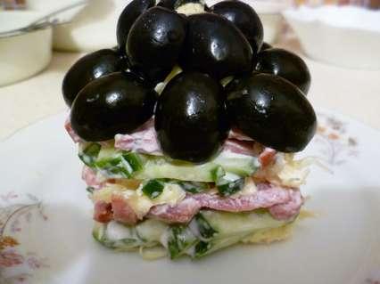 порционный салат оформленный маслинами