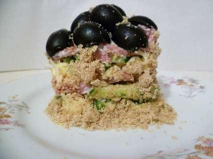 Обсыпать тертым миндалем салат с боковых сторон.