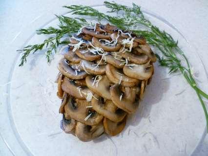 Оформление слоеного салата в виде шишки