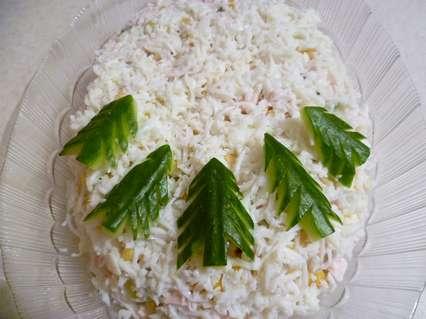 Зимний салат украшенный елками