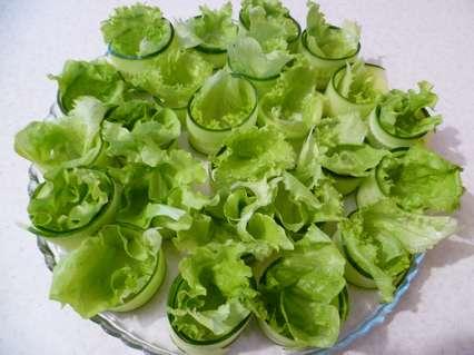 листья салата в кольцах из огурцов