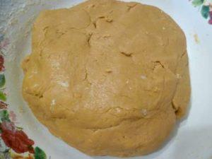 Тесто из вареной сгущенки получается ароматное.