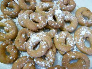 Испеченные на вареной сгущенке калачики в духовке с сахарной пудрой