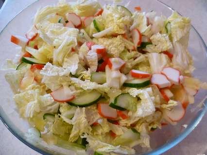 Салат с крабовыми палочками, перцем, пекинской капустой, огурцом и яблоком