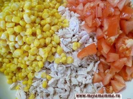 Кукуруза, филе курицы и помидоры
