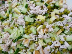 Рецепты салатов с омлетом - салат с омлетной лентой и зеленым горошком