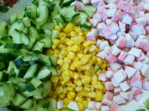 Свежий огурец, кукуруза, крабовые палочки