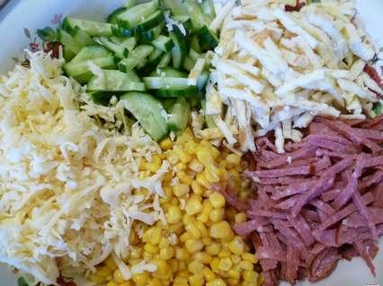 свежий огурец, сыр, копченая колбаса, сладкая кукуруза, омлетная лента