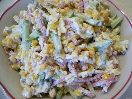 салат с омлетной лентой, копченой колбасой и сыром