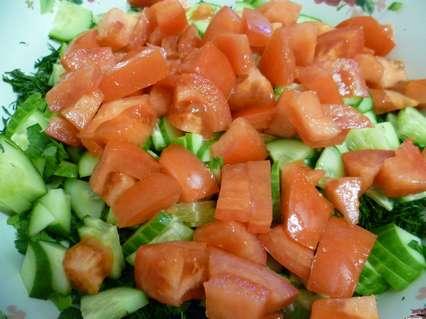 помидоры, огурцы и зелень для салата с омлетом