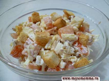 Салат с омлетом, помидором, миндалем, сыром и сухариками