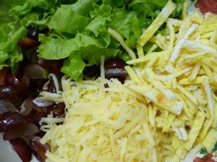 Виноград, зеленый салат, твердый сыр, жареные яичные блинчики для салата