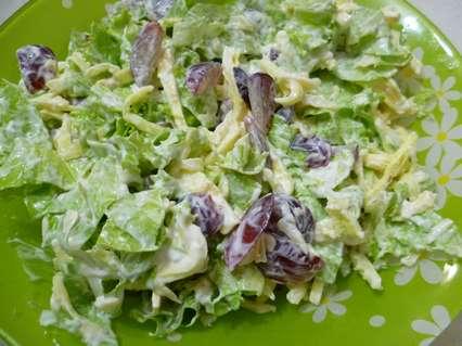 Салат с жареными яичными блинчиками, виноградом, зеленым салатом и сыром