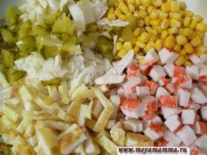 Маринованные огурчики, кукуруза, пекинская капуста, яичный блинчик, крабовые палочки для салата