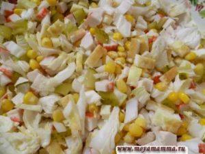Салат с омлетным блинчиком, маринованными огурцами, пекинской капустой, крабовыми палочками