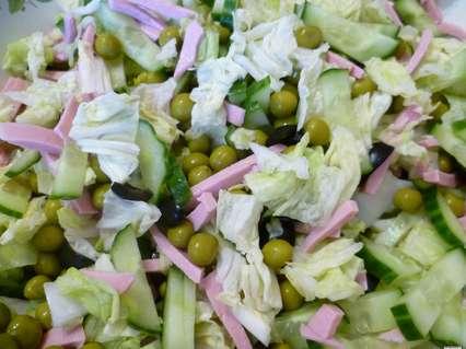 салат с иячными блинчиками, пекинской капустой, маслинами, огурцом и зеленым горошком