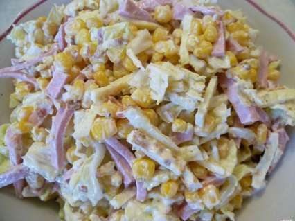 Рецепты салатов с омлетом. Салат с яичными блинчиками, пекинской капустой, вареной колбасой, орехом и сладкой кукурузой