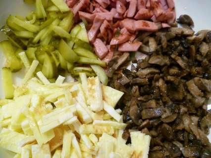Маринованный огурец, жареная вареная колбаса, жареные грибы шампиньоны, омлетнаялента для приготовления салата