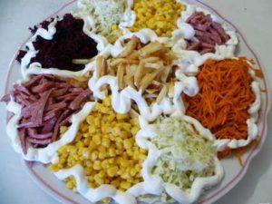 салат Калейдоскоп с кукурузой