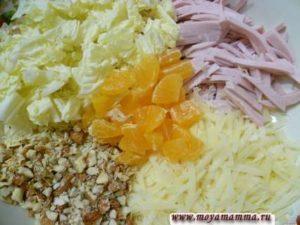 Ингредиенты для салата с мандаринами, морехами, сыром и колбасой