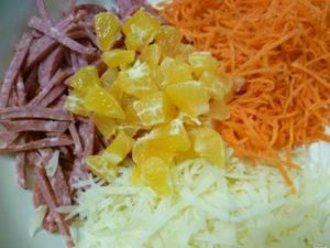 Копченая колбаса, сыр,морковь и мандарины для салата