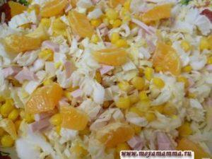 Салат с кукурузой, пекинской капустой, колбасой и сыром