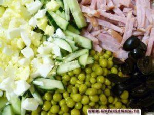 Зеленый горошек, ветчина, маслины, яйца, свежий огурец для зимнего салата