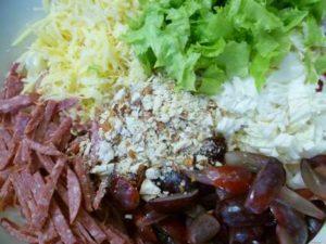 Виноград, салат пекинская капуста, сыр, колбаса, миндаль