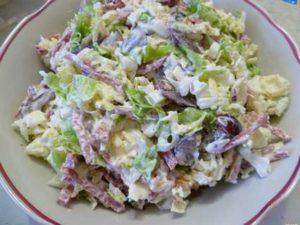 Салат с виноградом, орехами, сыром, кобасой и пекинской капустой