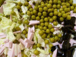 Пекинская капуста, зеленый горошек и маслины для салата с вареной колбасой