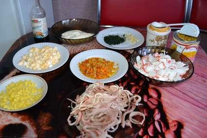 Ингредиенты для морского салата с крабовыми палочками