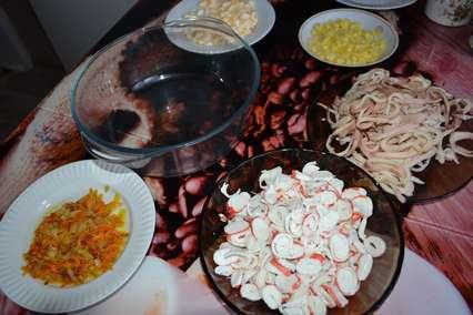 Ингредиенты для салата с кальмарами и крабовыми палочками