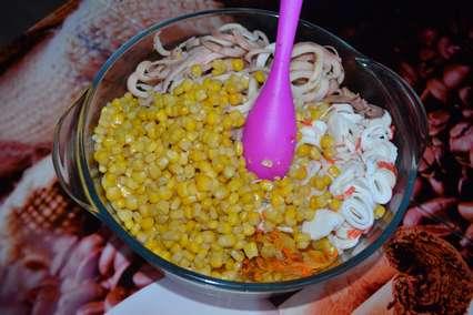 Смешивание ингредиентов для крабового салата