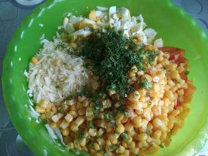 ингредиенты для салата с пекинской капустой и яйцами