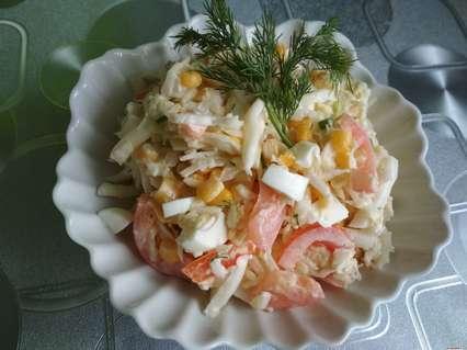 салат из пекинской капустой с яйцом и кукурузой помидорами