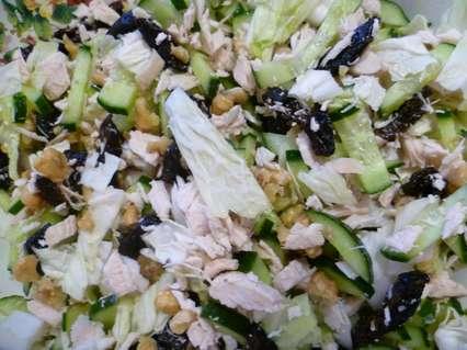 салата с пекинской капустой и черносливом, курицей, грецким орехом, огурцом