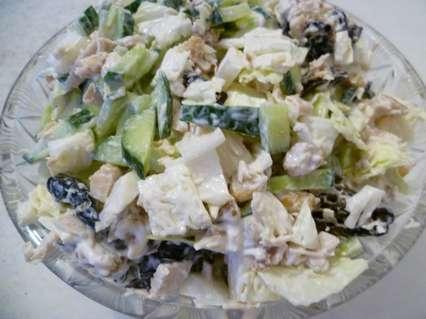 Салат с пекинской капустой и  черносливом, грецким орехом и огурцом