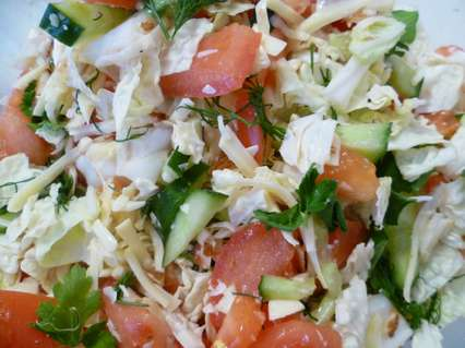 салат с зеленью, пекинской капустой и огурцами