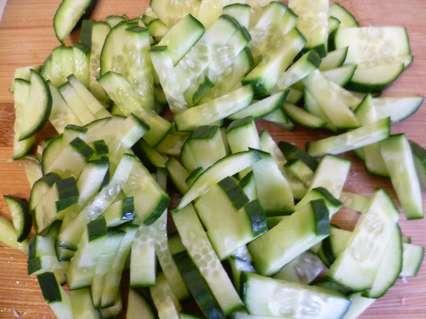 свежий огурец для салата с пекинской капустой