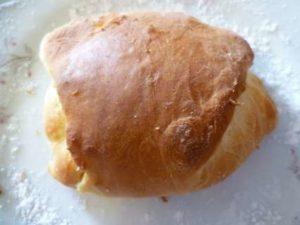 Испеченная простая булочка с начинкой