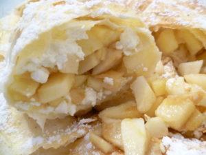 штрудель из лаваша с творогом и яблоками в духовке