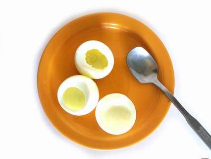 убираем аккуратно желток для получения небольшой ямки для начинки