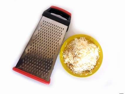 Натираем на мелкой терке сыр