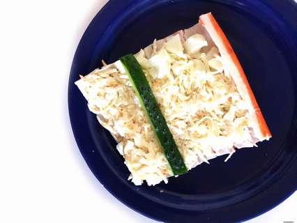 белково-сырная начинка с легким привкусом чеснока