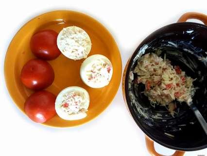 крабово-сырной начинкой наполняем серединки яиц