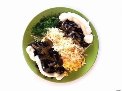 ингредиенты, включая жареные грибы, выкладываем в одну миску
