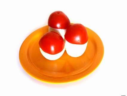 Закуска из крабовых палочек с сыром. Накрываем каждый грибочек «шляпкой» из помидоров